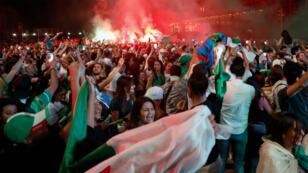 Les supporters de l'Algérie célèbrent la victoire des Fennecs sur le parvis de l'Institut du monde arabe, à paris, le 19 juillet 2019.