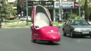 السيارة/الحذاء تجوب شوارع طهران