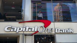 En esta foto de archivo tomada el 17 de abril de 2019, un hombre se encuentra en la ventana de una oficina en un banco de Capital One en la ciudad de Nueva York.