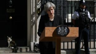 رئيسة وزراء بريطانيا تيريزا ماي في كلمة أمام مقر رئاسة الحكومة في 4 حزيران/يونيو 2017
