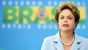 Dilma Rousseff est confrontée à une cascade de défections au sein de sa coalition, sa situation apparaît chaque jour plus critique.