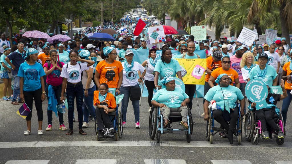 Dominicanos participan en la movilización a favor del aborto, que está completamente prohíbido en su país, en Santo Domingo, República Dominicana, el 15 de julio de 2018.