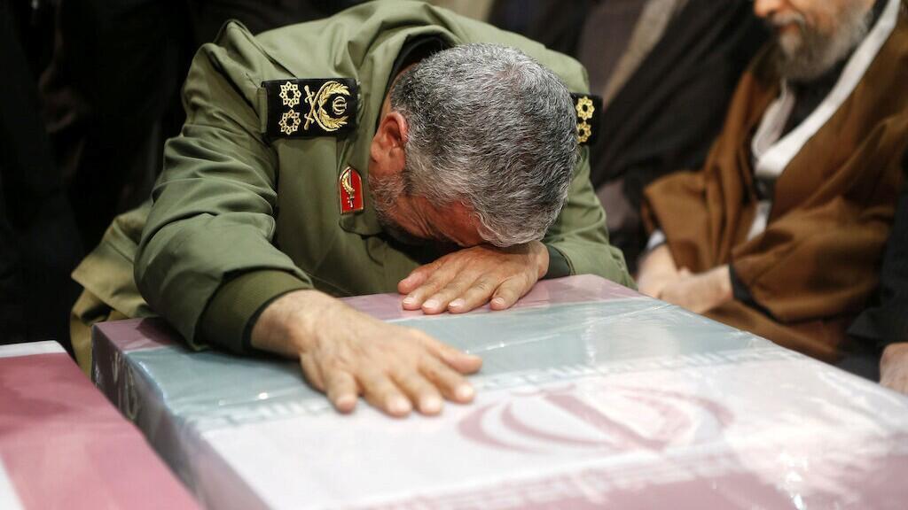 El general Esmail Ghaani, el recién nombrado jefe de las fuerzas Quds del país, reza durante la oración fúnebre del ataud del general iraní Qassem Soleimani. En Teherán, Irán, el 6 de enero de 2020.