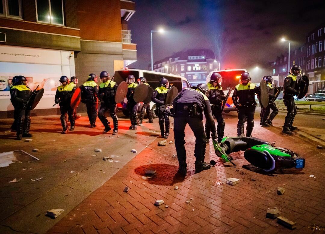 Policías en el lugar de los enfrentamientos en Rotterdam, Países Bajos, el 25 de enero de 2021.