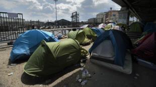 Près de 400 migrants vivent aujourd'hui dans le camp sauvage de la Chapelle, à Paris.