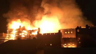 La elevación posterior de la Escuela de Arte de Glasgow se ve en llamas, en Glasgow, Escocia, Reino Unido, la noche del 15 de junio de 2018, en esta imagen fija obtenida de las redes sociales.