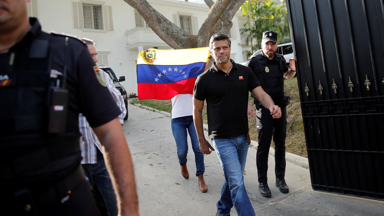 El líder opositor venezolano Leopoldo López camina para dirigirse a los medios de comunicación en la residencia del embajador de España en Caracas, Venezuela, el 2 de mayo de 2019.