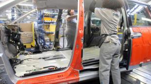 Unos empleados trabajan en la fábrica de automóviles de PSA Peugeot Citroën en Hordain, en el norte de Francia, el 7 de noviembre de 2006