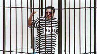 Abimael Guzmán lanza un alegato tras las rejas después de que un tribunal militar confirmara su cadena perpetua, el 15 de octubre de 1992 en Lima