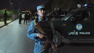 Un policier afghan posté à proximité de l'Université américaine où s'est produit l'explosion, mercredi 24 août 2016.