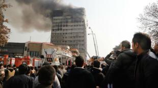 اندلاع النيران في الطوابق العليا للمبنى