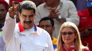 El presidente de Venezuela, Nicolás Maduro, saluda junto a su esposa y madre de los implicados, Nidia Flores, a sus seguidores.