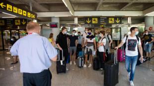 Turistas salen del aeropuerto de Palma de Mallorca, España, el 27 de julio de 2020