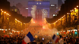 Fanáticos celebran en la icónica avenida de los Campos Elíseos después de que Francia ganara la final de la Copa Mundial de Fútbol, París, Francia, 15 de julio de 2018.