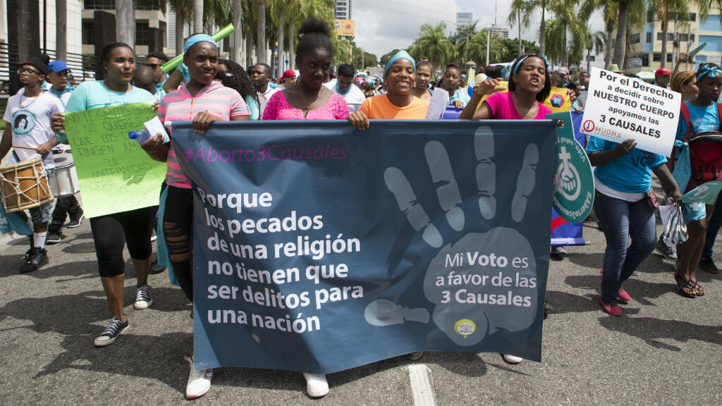 Cientos de mujeres participan para exigir la despenalización del aborto en tres causales: cuando la vida de la mujer corre peligro, cuando el embarazo es inviable y cuando es el resultado de una violación o incesto,  en Santo Domingo, el 15 de julio de 2018.