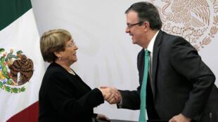 La alta comisionada de la ONU para los Derechos Humanos, Michelle Bachelet, y el secretario de Relaciones Exteriores, Marcelo Ebrard, estrechan las manos tras la firma del convenio en Ciudad de México, el 8 de abril de 2019.