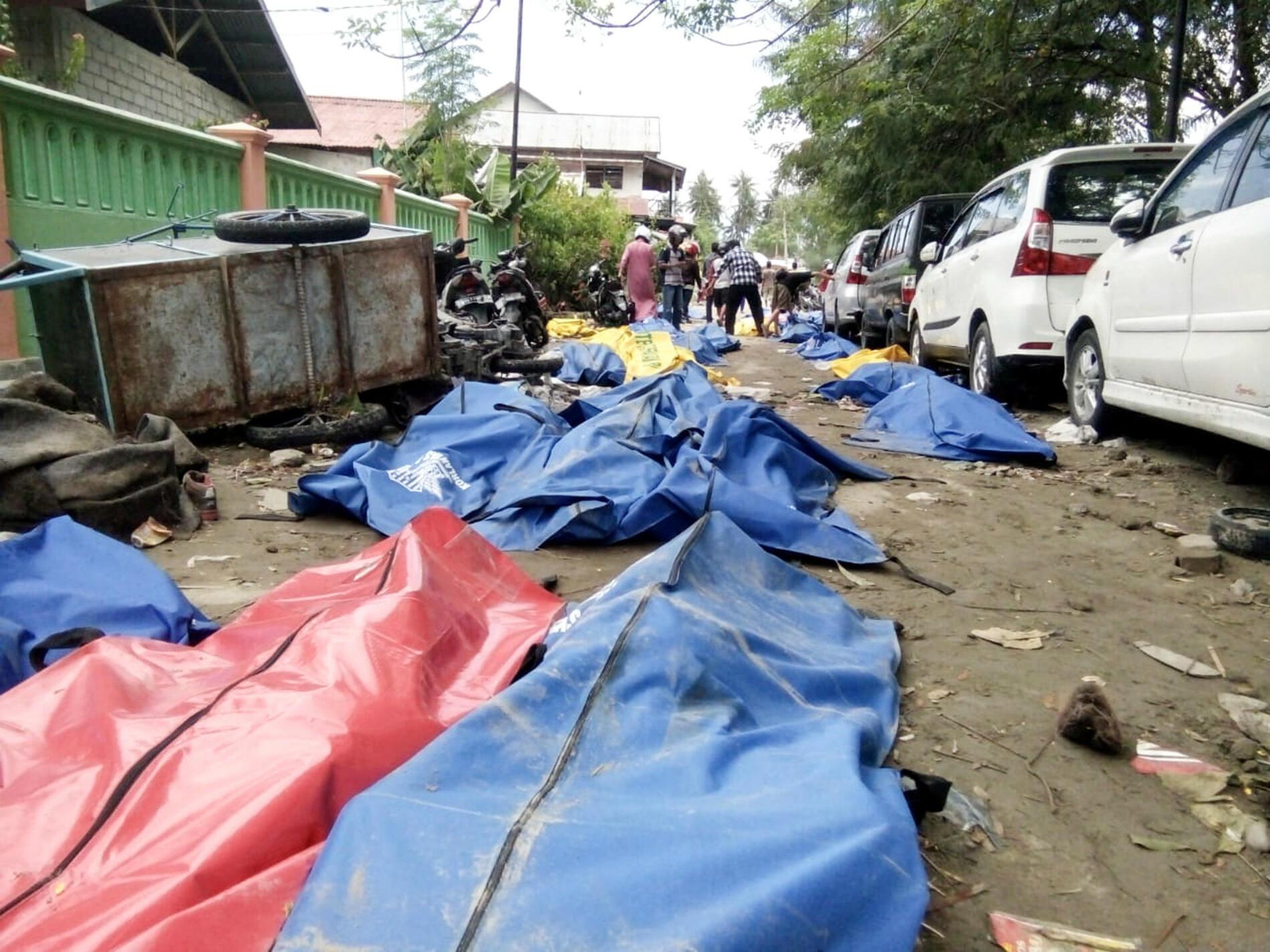 Le bilan officiel mais toujours provisoire, dimanche 30 septembre, était de 832 morts. Les autorités craignent que ce bilan s'alourdisse encore davantage.
