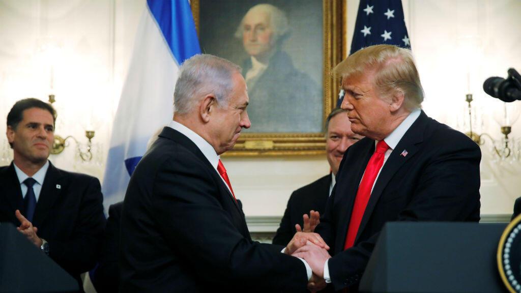 El presidente de Estados Unidos, Donald Trump, le da la mano al primer ministro de Israel, Benjamin Netanyahu, mientras hacen declaraciones en la Casa Blanca en Washington, EE. UU., el 25 de marzo de 2019.