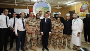 ماكرون تناول عشاء ليلة الميلاد مع مئات الجنود الفرنسيين المنتشرين لمكافحة الجماعات الجهادية في النيجر.