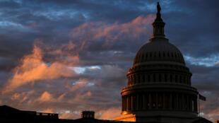 El sol se pone detrás de la cúpula del Capitolio de EE. UU. en Washington, EE. UU., el día de las elecciones de medio término, el 6 de noviembre de 2018.