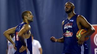 Tony Parker et Boris Diaw, coéquipiers en NBA, le 22 juillet 2015, à l'Insep.
