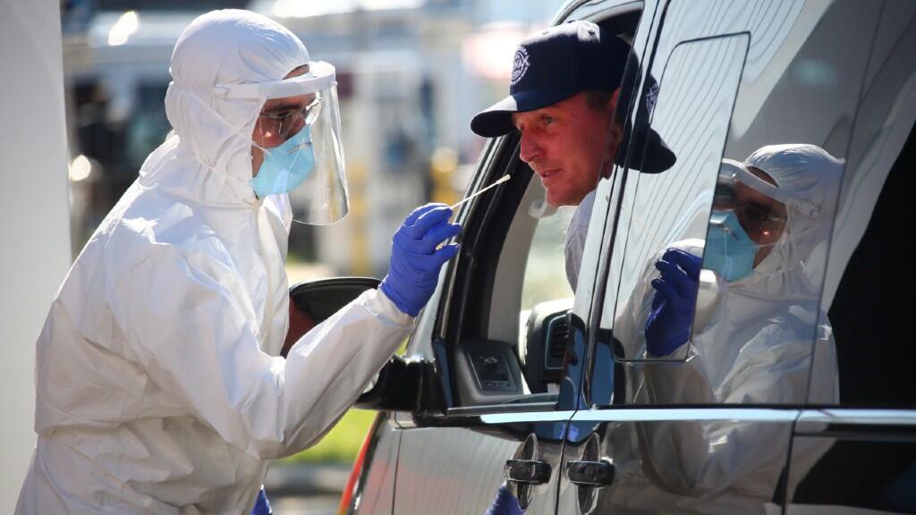 Un ciudadano de la capital alemana, Berlín, es sometido a una prueba de coronavirus desde su coche. El 30 de julio de 2020.