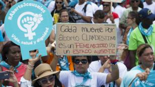 Miles de personas participan en la Caminata por la Vida, la Salud y la Dignidad de las mujeres dominicanas para exigir la despenalización del aborto en tres causales, en Santo Domingo, República Dominicana, el 15 de julio de 2018.