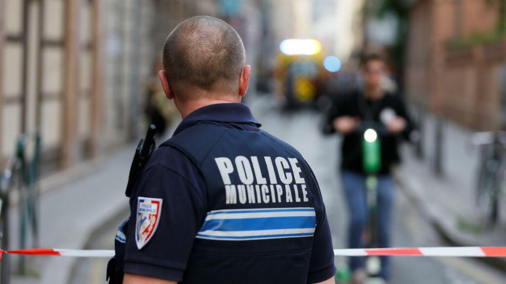 Un policía se ubica cerca del sitio de un presunto ataque con bomba en el centro de Lyon, Francia, el 24 de mayo de 2019.