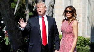El presidente Donald Trump, habla con los periodistas sobre DACA cuando llega con la primera dama Melania Trump para servicio de Pascua en Palm Beach, Florida, EE.UU., 1 de abril de 2018.