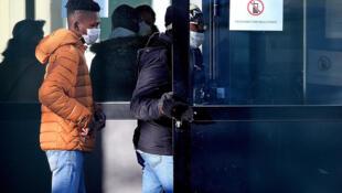 يصل الطلاب وأولياء أمورهم إلى مدرسة Crépy-Le-Valois الفرنسية حيث يتم اختبارهم بعد وفاة أحد مدرسيهم الذي أصيب بفيروس كورونا.