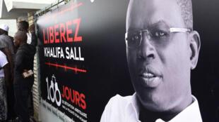 Les soutiens de Khalifa Sall manifestent pour sa libération à Dakar. Une peine de cinq ans de prison vient d'être confirmée en appel.