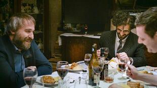 """Les personnages de """"Sieranevada"""" de Cristi Puiu enfin à table après 2 heures 50 d'attente."""