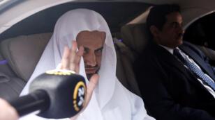 El fiscal saudita Saud Al Mojeb reacciona cuando sale del consulado de Arabia Saudita en Estambul, Turquía, el 30 de octubre de 2018.