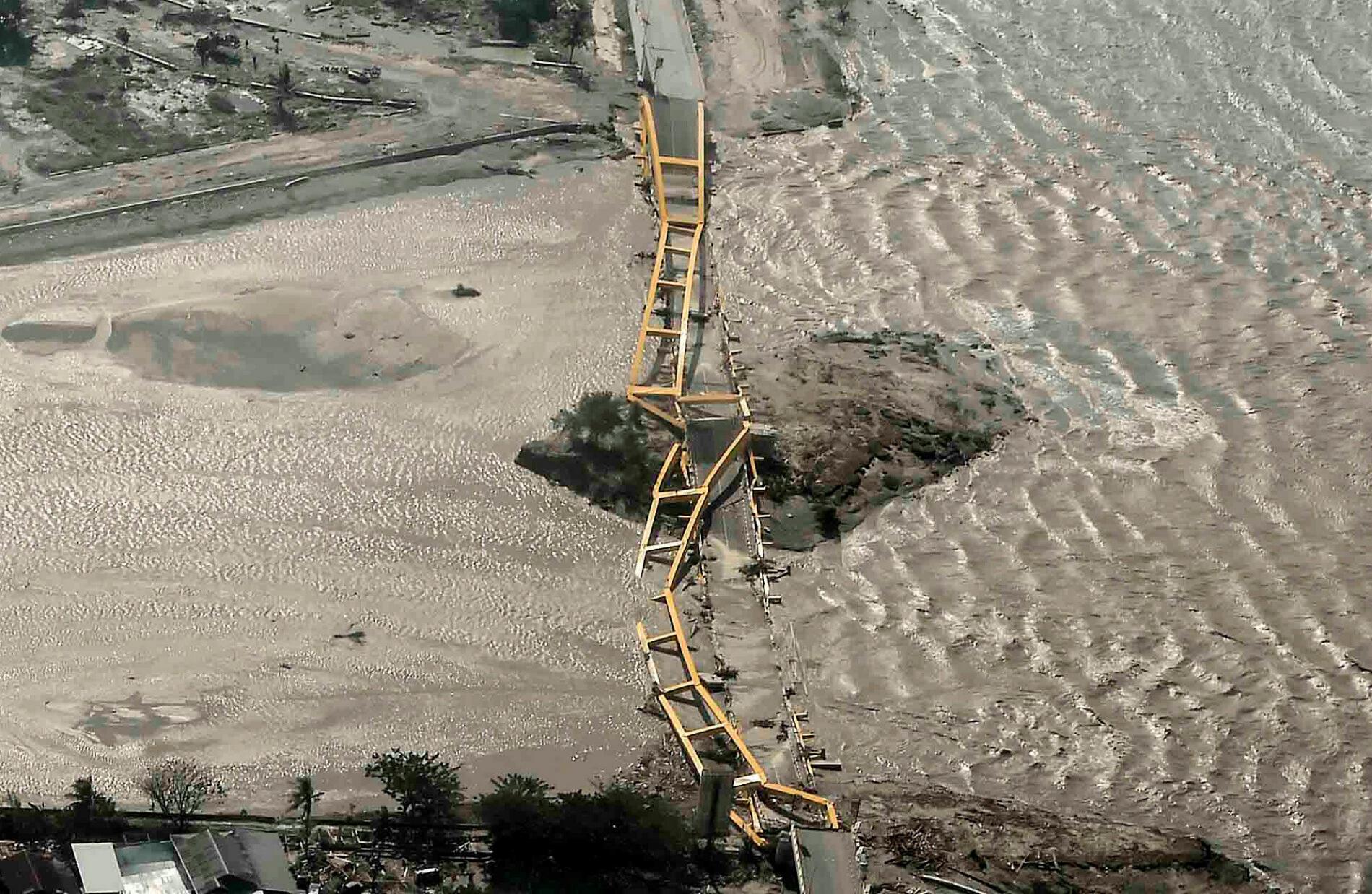 La catastrophe naturelle a sérieusement endommagé d'importantes infrastructures comme les ports, les quais ou les ponts de l'île.