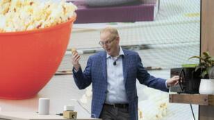 """Dave Limp, vice-président d'Amazon, démontre comment faire cuire une pomme de terre dans le micro-ondes """"intelligent"""" d'Amazon."""