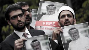 Activistas de derechos humanos y amigos del periodista saudí Jamal Khashoggi sostienen sus fotografías durante una protesta frente al Consulado Saudí en Estambul, Turquía, el 8 de octubre de 2018.