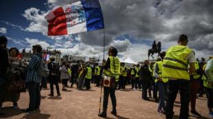 Des manifestants au cours de l'acte XXVI des Gilets jaunes, le 11 mai 2019, dans le quartier Bellecour à Lyon.