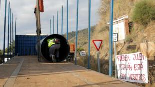 Un trabajador se mete en un tubo de acero, que se utilizará para proteger un pozo profundo, al lado del área donde Julen, un niño español de dos años de edad, cayó al pozo el pasado 13 de enero.