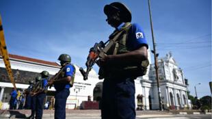Les forces de sécurité prospectent les lieux après les explosions meurtrières du dimanche de Pâques, à Colombo, au Sri Lanka.