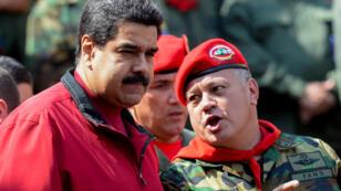 Archivo: El presidente venezolano Nicolás Maduro escucha al presidente de la Asamblea Nacional Constituyente, Diosdado Cabello, durante una ceremonia para conmemorar el 24 aniversario del golpe militar del presidente Hugo Chávez contra el gobierno de Carlos Andrés Pérez (1989-1993). en el palacio presidencial de Miraflores, en Caracas, el 4 de febrero de 2016.