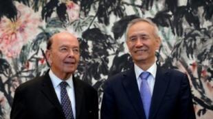 وزير التجارة الأمريكي ويلبور روس (الشمال) مع نائب الرئيس الصيني ليو هي بعد لقائهما في بكين في 3 حزيران/يونيو 2018