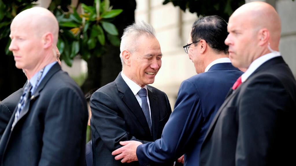 El viceprimer ministro chino, Liu He, le da la mano al secretario del Tesoro de Estados Unidos, Steven Mnuchin, frente a la oficina del Representante de Comercio de Estados Unidos en Washington, EE. UU., el 9 de mayo de 2019.