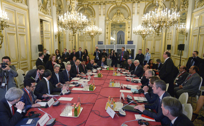 Les chefs de la diplomatie d'une dizaine de pays impliqués dans le conflit syrien rassemblés à Paris, le 14 décembre 2015.