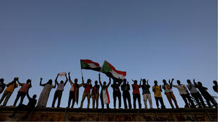 Unos manifestantes asisten a una concentración frente al complejo del ministerio de defensa en Jartum, Sudán, el 6 de mayo de 2019.