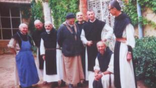 Photo des sept moines exposée au monastère de Tibéhirine.