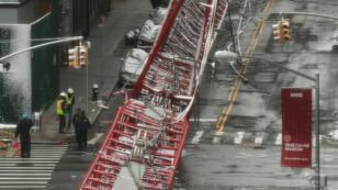 Une grue de 172 mètres de haut s'est effondrée vendredi dans un quartier résidentiel de New York.