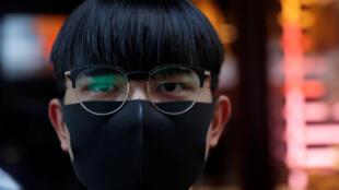 Un manifestante enmascarado protesta en el distrito Tsim Sha Tsui de Hong Kong el 5 de octubre de 2019.