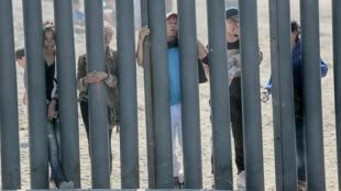 Des migrants à la frontière entre les États-Unis et le Mexique.