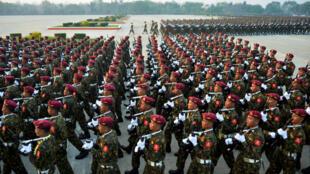 Des soldats birmans défilent à l'occasion de la 74ème journée des forces armées du pays à Naypyidaw,  le 27 mars 2019.