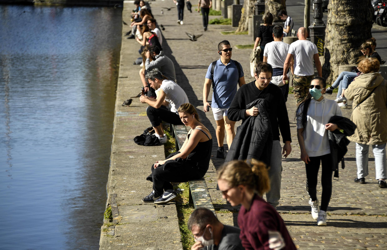 Gente a lo largo del canal Saint Martin en París el 5 de abril de 2020